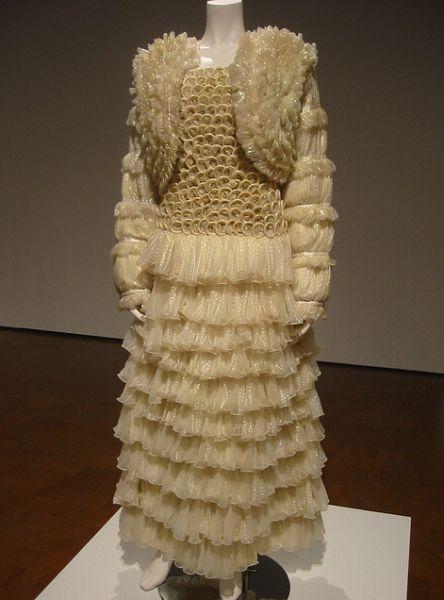 Фото свадебных платьев: из белых презервативов