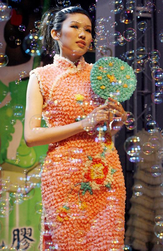 Фото свадебных платьев: Платье из презервативов
